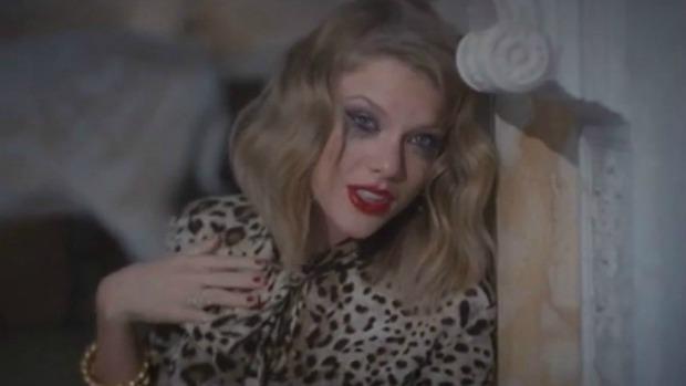 Taylor Swift encarna a namorada ciumenta no clipe de 'Blank Space', do álbum '1989'