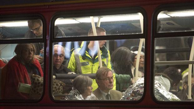Pessoas recebem atendimento médico em um ônibus após desabamento de parte do teto do Teatro Apollo, em Londres