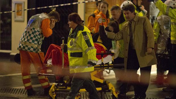 Pessoas recebem atendimento médico após desabamento de parte do teto do Teatro Apollo, em Londres