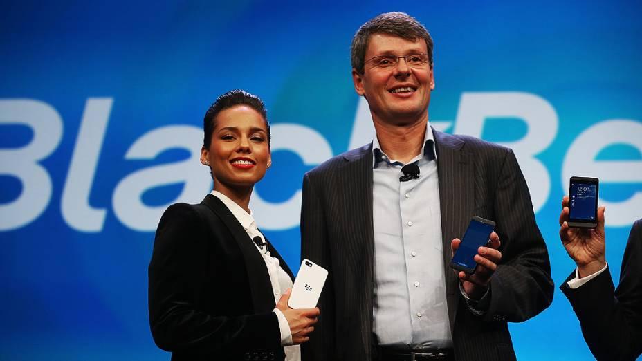 Presidente Thorsten Heins apresenta cantora e compositora Alicia Keys como diretora criativa global durante o lançamento do Blackberry RIM 10, em Nova York