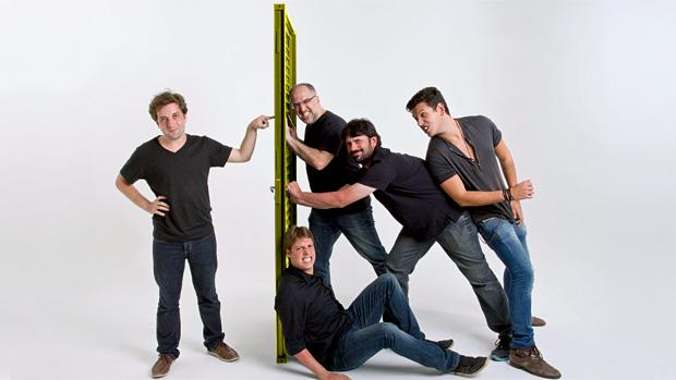 Criado pelos sócios Gregório Duvivier, Antonio Tabet, Ian SBF, João Vicente de Castro e Fábio Porchat (sentado), o Porta dos Fundos tornou-se o canal mais popular do YouTube no Brasil