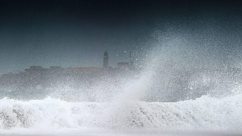 Ondas quebram no mar de Havana, em Cuba, após a passagem da tempestade tropical Isaac. O fenômeno meteorológico já atingiu Haiti, República Dominicana, Cuba e agora segue em direção a Flórida (EUA), já em estado de alerta