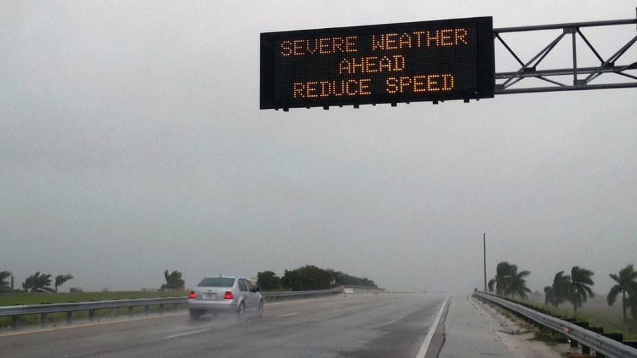 Mensagem alerta motoristas sobre más condições climáticas em Miami em função da tempestade tropical Isaac