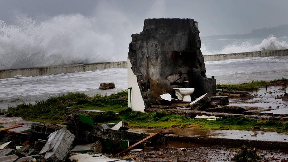 Casa é destruída na passagem do furacão Isaac por Baracoa, em Cuba