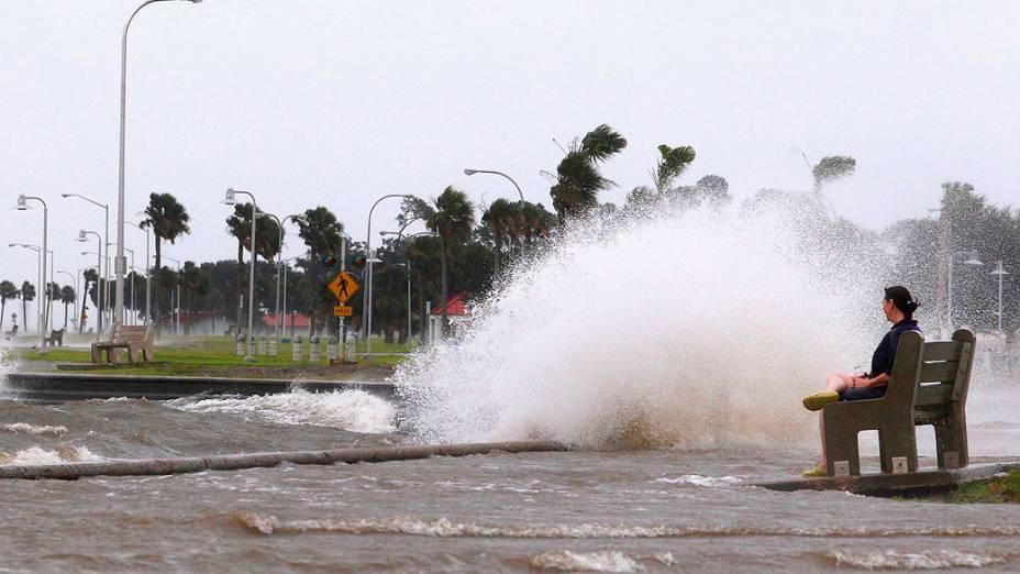 Onda quebra na margem do lago Pontchartrain, em Nova Orleans. Tempestade tropical Isaac a ponto de virar furacão