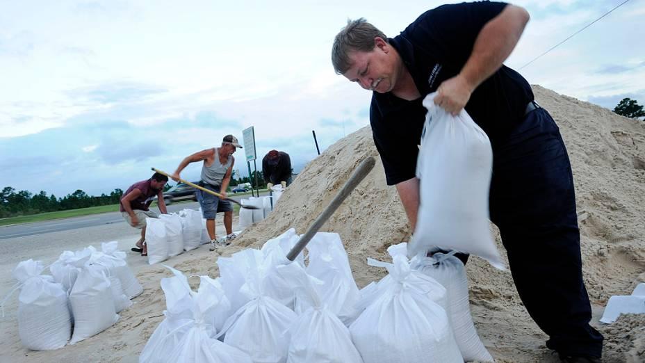 Moradores do Estado americano do Mississippi se preparam para a chegada da tempestade Isaac