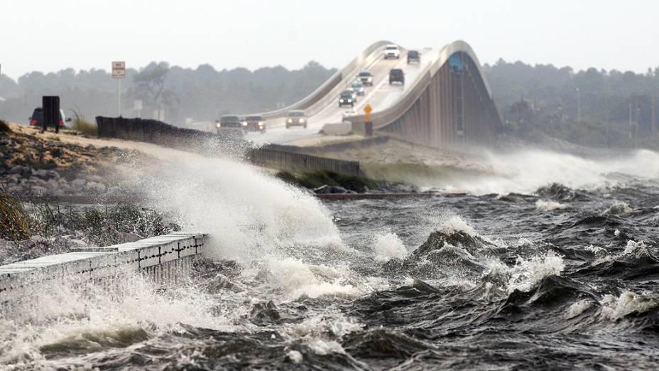 Ondas começam a se formar por conta do furacão Isaac na costa da Florida