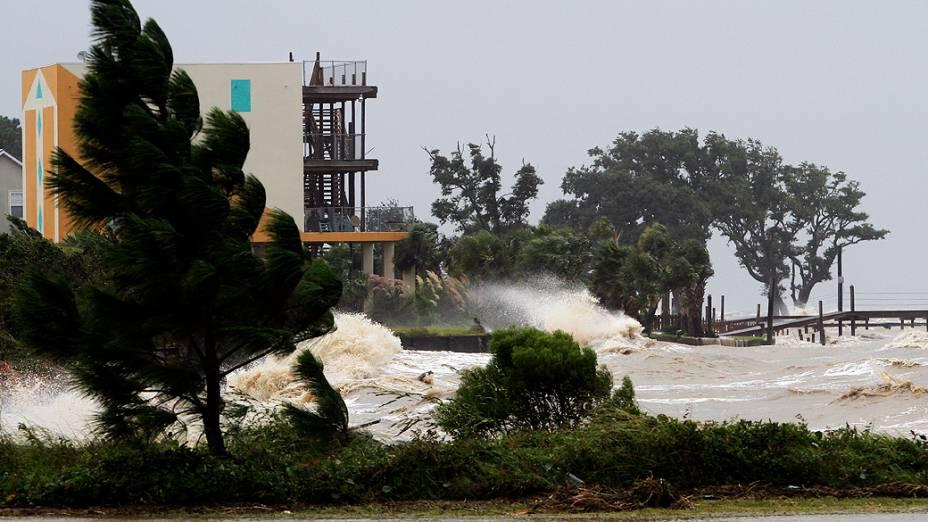 Ondas começam a se formar por conta do furacão Isaac perto de Dauphin Island, no Alabama