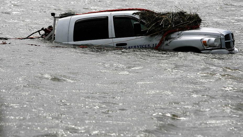Uma caminhonete submersa aparece ao longo da estrada 23, depois da passagem do furacão Isaac em Plaquemines Parish, Louisiana