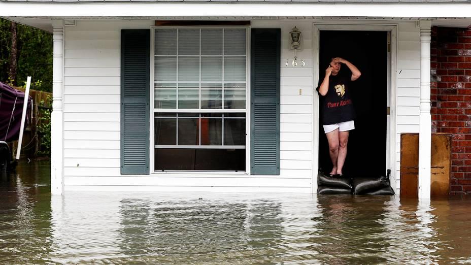 Mulher isolada em sua casa cercada por águas de inundação, em LaPlace, Louisiana