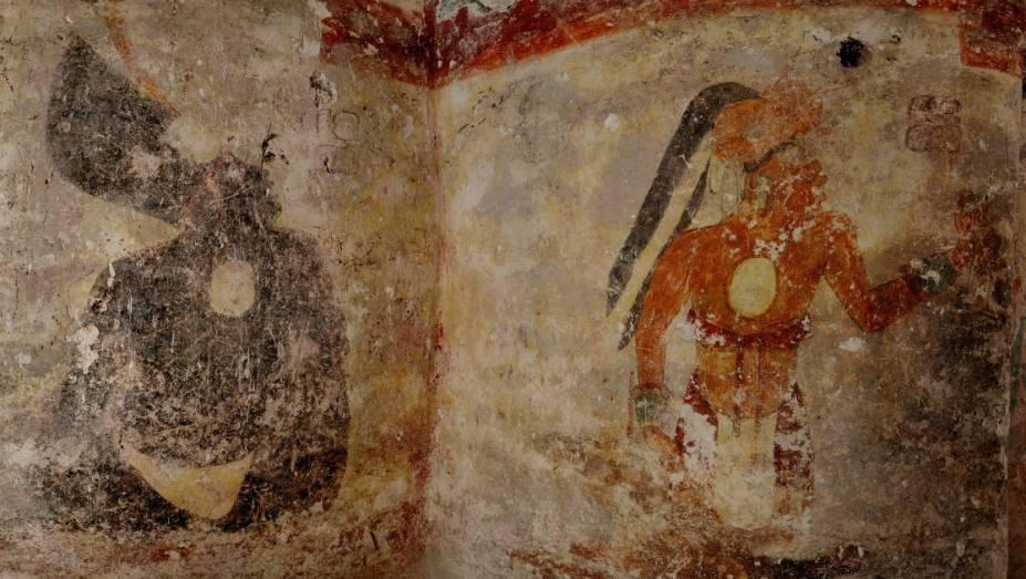 <p>Dois dos três homens pintados na parede que fica no lado a oeste da casa</p>