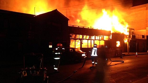 Bombeiros combatem incêndio em restaurante no litoral chileno, depois de terremoto de 8,2 graus atingir a região