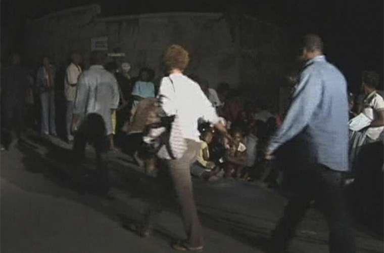 Haitianos do lado de fora do prédio da Organização das Nações Unidas (ONU), que foi completamente destruído pelo terremoto.