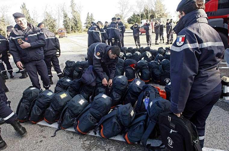 Militares da França se prepararam para embarcar para o Haiti.