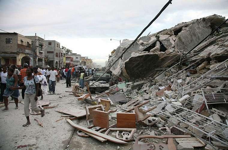 Após o terremoto, multidões saíram às ruas.