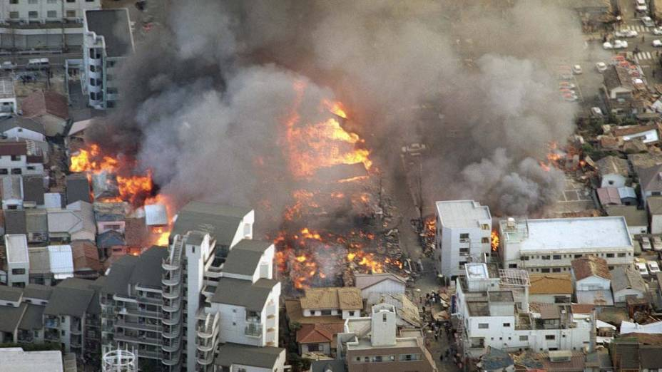 <p>17 de janeiro de 1995: Prédios em chamas, após o terremoto de 7.2 graus na escala Richter que atingiu a cidade portuária de Kobe no Japão</p>