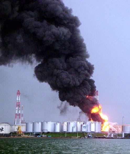 <p>26 de setembro de 2003: Refinaria de petróleo, após dois terremotos de magnitude 8 e 7 graus na escala Richter que provocaram duas mortes e 300 feridos na ilha de Hokkaido</p>