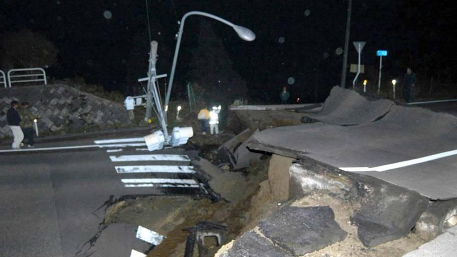 <p>23 de outubro de 2004: 23 mortos e mais de 500 feridos em uma série de terremotos, um deles de 6,8 graus na escala Richter, que atingiram o noroeste do Japão</p>