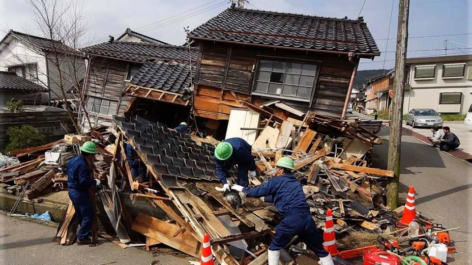 <p>25 de março de 2007: Um terremoto de 6,9 graus na escala Richter é registrado em uma região litorânea da província de Ishikawa e causa uma morte, deixa 170 feridos; 44 edifícios desabam; na foto, os escombros de uma casa em Wajima</p>