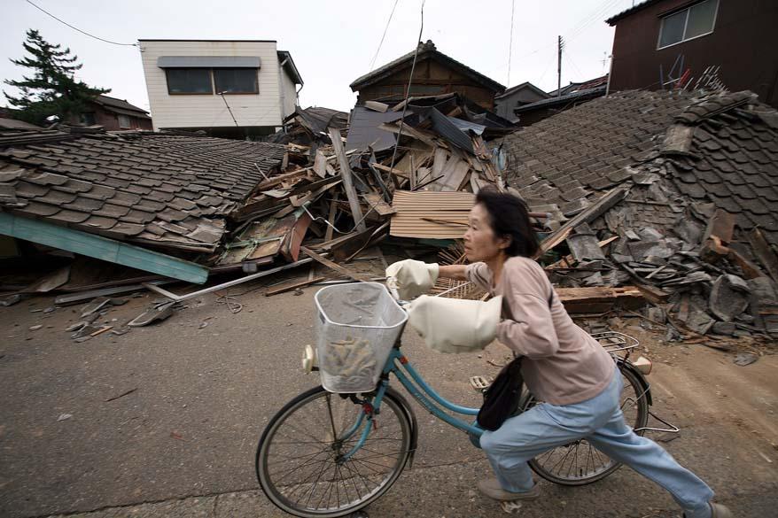 <p>16 de julho de 2007: Onze mortos e mais de mil feridos no terremoto de 6,8 graus na escala Richter na região de Niigata. A usina nuclear Kashiwazaki-Kariwa teve que ser fechada após um vazamento de água radioativa. Na foto, casas arrasadas em Kashiwazaki</p>