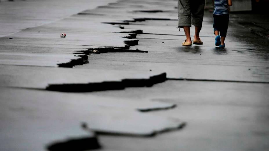 <p>11 de agosto de 2009: Um terremoto de 6,5 graus Richter causa uma morte e deixa 120 feridos na província de Shizuoka</p>