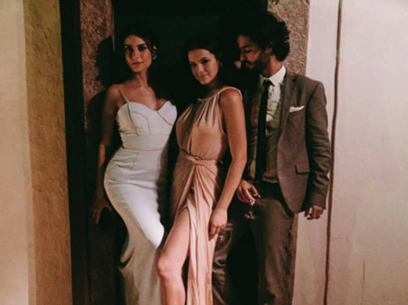 Thaila Ayala, Bruna Marquezine e André Nicolau no casamento de Sophie Charlotte e Daniel de Oliveira
