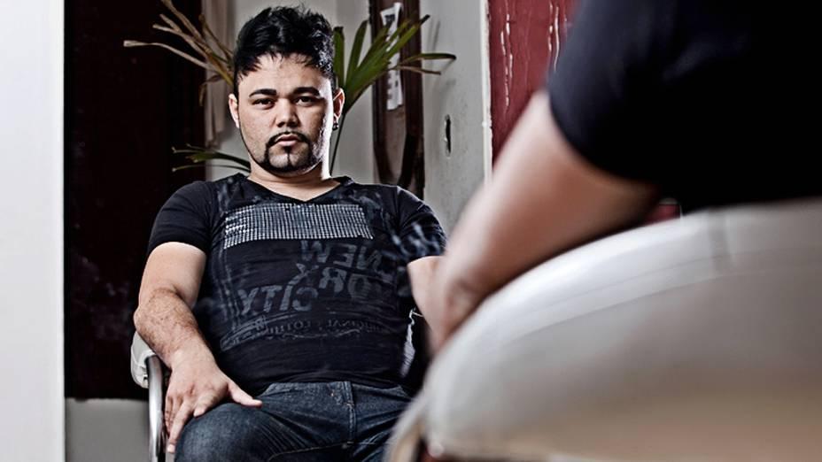 """Thiago Slan, 27 anos, pesa 75 quilos e tem IMC de 28. Morador da cidade de Rio Claro, no interior de São Paulo, o cabelereiro está de dieta desde o começo do ano. Ainda assim, ele continua a engordar. """"Não me sinto bem com esse peso. Andar, fazer qualquer atividade física me deixa cansado com mais facilidade. Passo mal."""""""