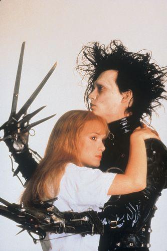 Edward, Mãos de Tesoura (1990) marcou a primeira parceria entre Johnny Depp e Tim Burton (na foto, o ator aparece com Winona Ryder)