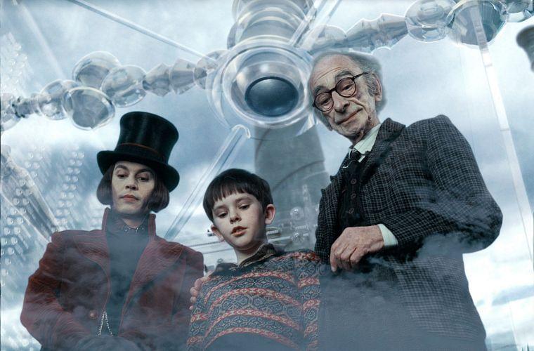 A fábula A Fantástica Fábrica de Chocolate (2005), adaptação do livro homônimo do galês Roald Dahl, éfoi dirigida por Tim Burton. Na foto, Johnny Depp, Freddie Highmore e David Kelly.