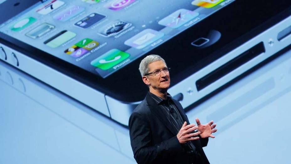 Tim Cook, o novo executivo-chefe da Apple apresentando o iPhone em 2011