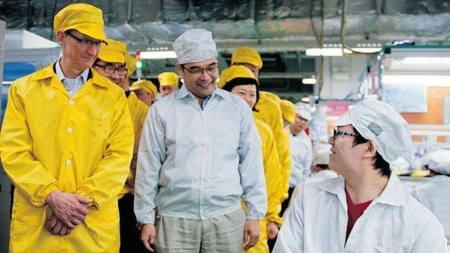 Tim Cook (de amarelo) visitou a fábrica pela última vez este ano. Apple preocupa-se com a repercussão negativa das crises na Foxconn