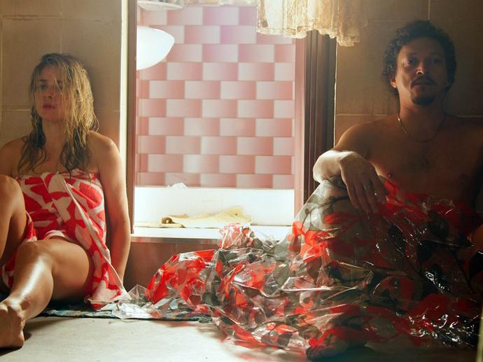 Tina (Monique Alfradique) e Oziel (Fabio Lago) depois de irem para o lelelê em A Regra do Jogo