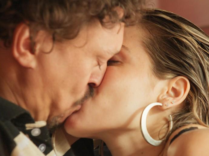 Tina (Monique Alfradique) e Oziel (Fabio Lago) se beijam em A Regra do Jogo