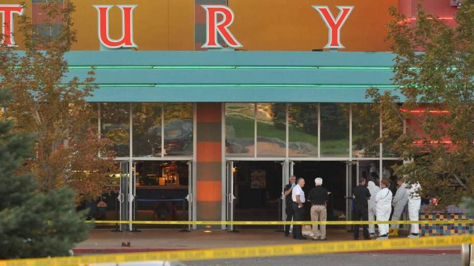 """Ataque de um atirador mascarado durante sessão do novo filme do Batman, """"The Dark Knight Rises"""", deixou 12 mortos e dezenas de feridos no complexo de cinemas Century no Colorado, Estados Unidos"""