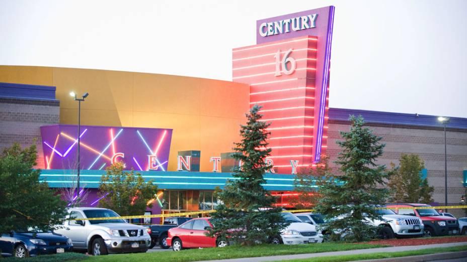 Carros de polícia em frente ao complexo de cinemas Century no Colorado, Estados Unidos onde um atirador deixou 12 mortos e dezenas de feridos durante sessão do novo filme do Batman
