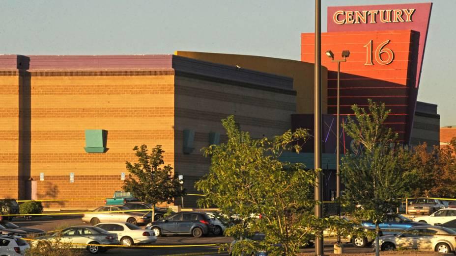 Complexo de cinemas Century onde um atirador mascarado matou 12 pessoas em uma exibição a meia-noite do novo filme de Batman em Aurora, Colorado