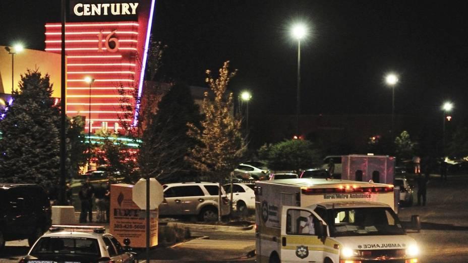 Ambulâncias e carros de polícia em frente ao complexo de cinemas Century no Colorado, Estados Unidos onde um atirador deixou 12 mortos e dezenas de feridos durante sessão do novo filme do Batman
