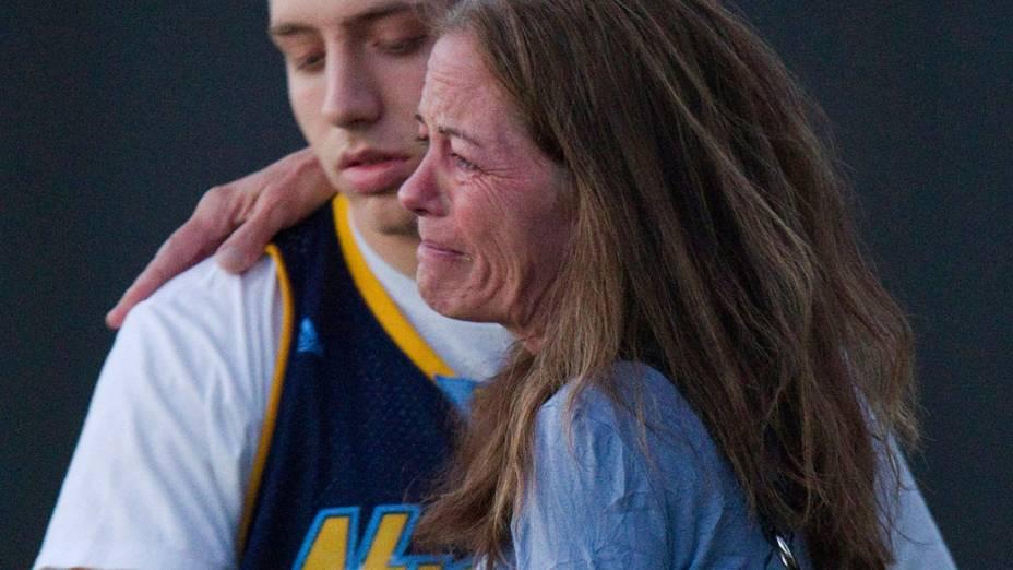 Jacob Stevens, 18, abraça sua mãe Tammi Stevens depois de ser interrogado pela polícia após o ataque de um atirador em um cinema, de Denver, Colorado