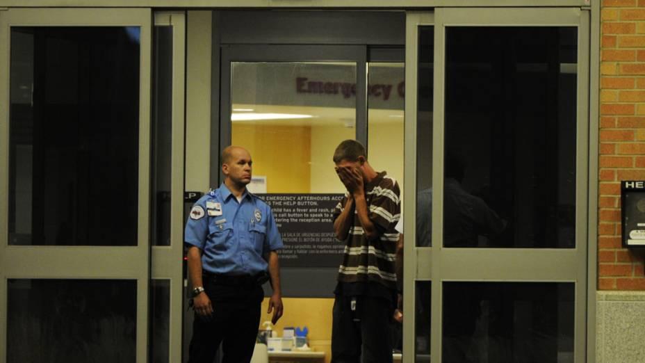 Um homem reage depois de chegar ao Hospital Infantil de Aurora, Colorado