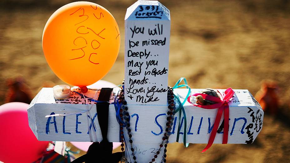 Pessoas continuam a visitar o memorial e prestar homenagens para as 12 vítimas do tiroteio em Aurora, no Colorado