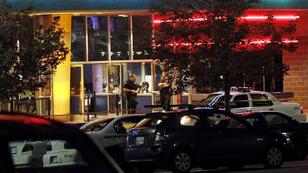 Polícia cerca cinema em que atirador abriu fogo na madrugada desta sexta, no Colorado