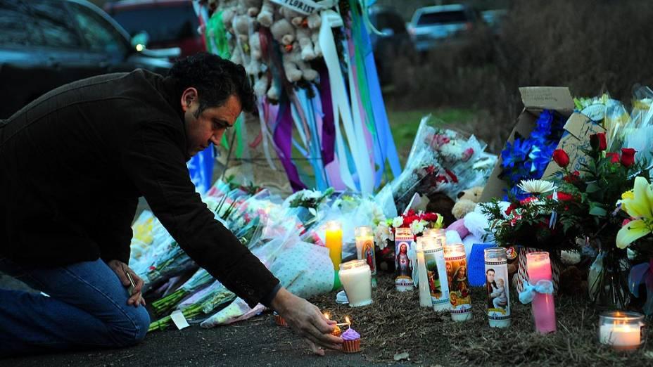 Memorial em homenagem às vítimas do tiroteio que aconteceu na escola Sandy Hook, em Newtown