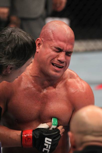 Tito Ortiz sofre com a dor provocada pela joelhada de Minotouro