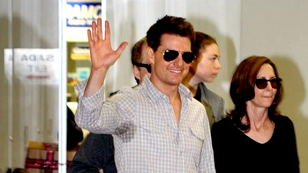 Tom Cruise sucumbe ao calor, no desembarque no Galeão: ator está no Brasil para lançar o quarto Missão Impossível