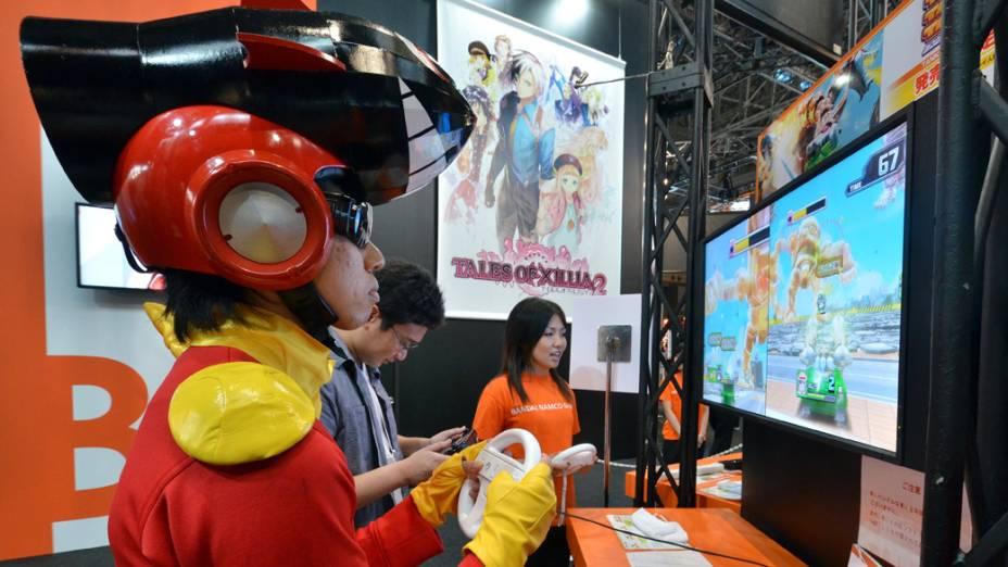 """Vistante testa o videogame Nintendo """"Wii U"""" durante a Tokyo Game Show, no Japão"""