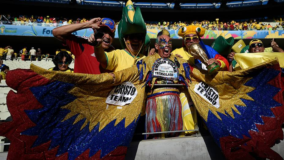 Torcedores da Colômbia aguardam o início do jogo contra o Brasil, em Fortaleza