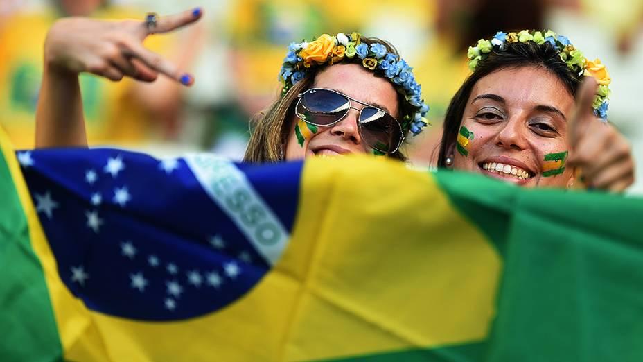 Torcedoras do Brasil aguardam o início do jogo contra a Colômbia no Castelão, em Fortaleza