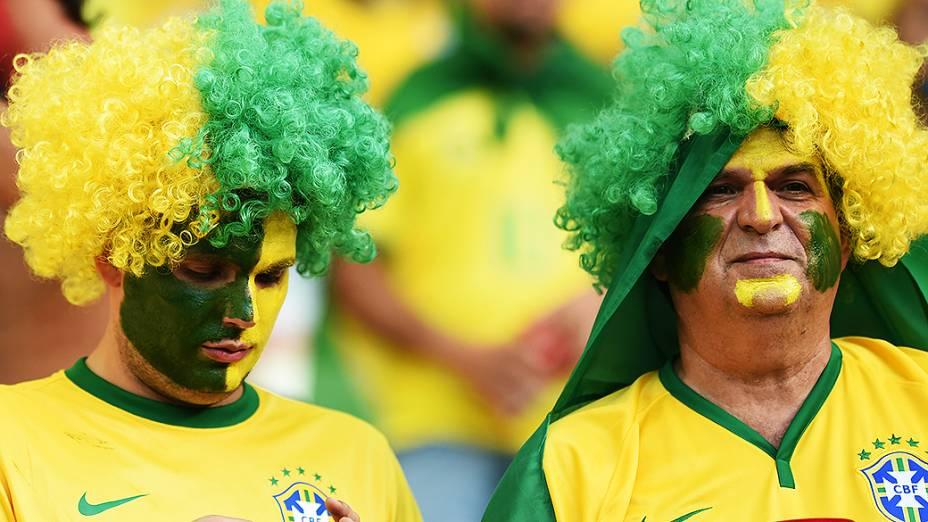 Torcedores do Brasil aguardam o início do jogo contra a Colômbia no Castelão, em Fortaleza