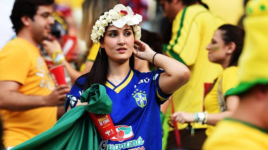 Torcedora do Brasil aguarda o início do jogo contra a Colômbia no Castelão, em Fortaleza