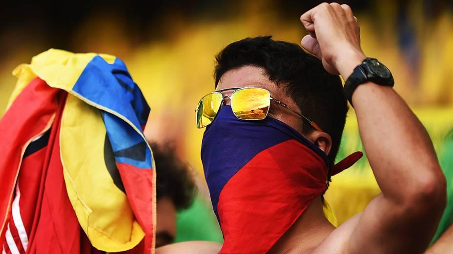 Torcedor da Colômbia aguarda o início do jogo contra o Brasil, em Fortaleza